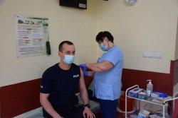 policjant przyjmuje szczepionkę